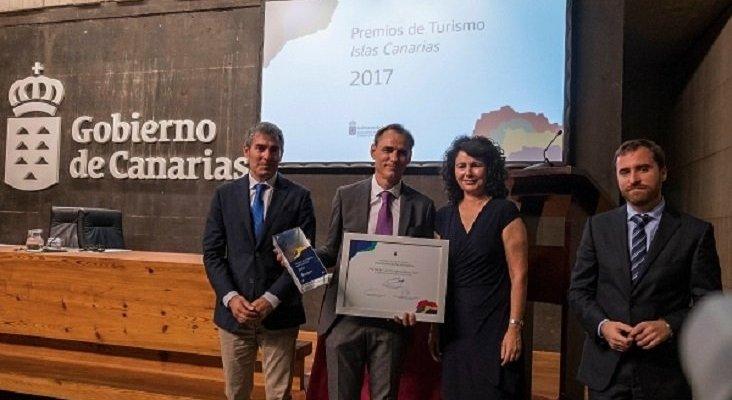 Los Premios de Turismo 'Islas Canarias' 2018, ya tienen dueño|Foto: Carlos Fernández, presidente de la Asociación de Turismo Rural Isla Bonita, posando con el Premio de Turismo 'Islas Canarias' 2017-Nexotur