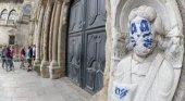 Pintan un grafiti de Kiss en una escultura de la Catedral de Santiago|Foto: EFE vía El Confidencial