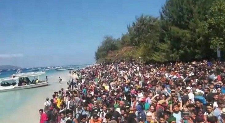Éxodo turístico en Lombok|Foto: Cientos de turistas esperan en las costas de las islas Gili para ser evacuados- Handout / Reuters