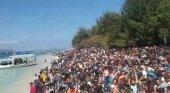 Éxodo turístico en Lombok Foto: Cientos de turistas esperan en las costas de las islas Gili para ser evacuados- Handout / Reuters