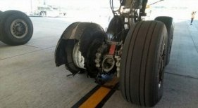 300 pasajeros de Iberia atrapados en Quito al estallar el neumático de un avión|Foto: Neumático dañado- The Aviation Herald