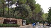 Denuncian a Barceló por colocar una valla en Mallorca y exigir 280 euros para cruzarla|Foto: valla colocada por los dueños del hotel Formentor en Mallorca- El Español
