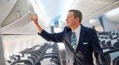 CEO de TUI Airways se convierte en tripulante de cabina por un día|Foto: Kenton Jarvis ejerciendo sus labores como TCP