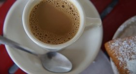 El increíble misterio de las cucharas de café con leche en los hoteles
