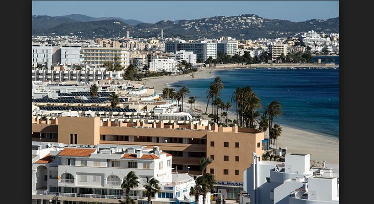 Viviendas de Protección Oficial realquiladas como pisos turísticos en Ibiza|Foto: Platja d'en Bossa-SERGIO G. CAÑIZARES vía El Mundo
