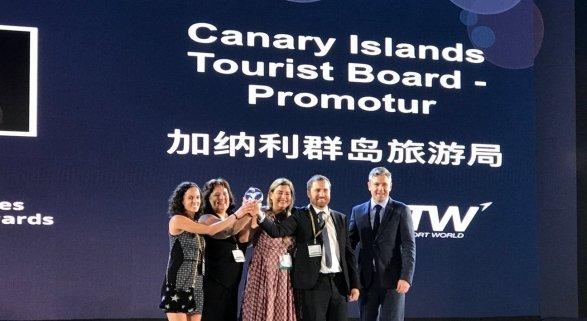 Isaac Castellano, consejero de Turismo del Gobierno de Canarias, María Méndez, gerente de Promotur y el equipo de conectividad reciben el premio World Routes 2018