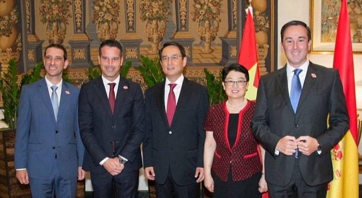 Pie de foto: De izda. a dcha: Víctor Rodríguez, Roberto González y David Morales, miembros del equipo directivo del hotel que atendieron al líder de China en 2016, junto al embajador Lyu Fan y su esposa.