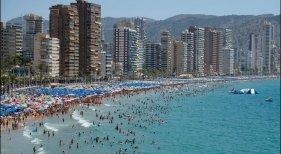 Hoteles registran 3,5 millones de pernoctaciones menos en Verano|Foto: Benidorm-Heino Kalis vía La Voz de Galicia