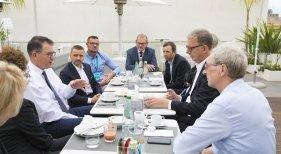 Reunión estratégica de CEOs turísticos con el ministro alemán Gerd Müller|Foto: Dirk Inger