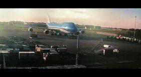 Boeing 747 destroza su motor al chocar con un elevador