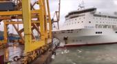 Colisión entre ferry y grúa ocasiona incendio en el Puerto de Barcelona|Foto: Petar Petrov vía Mientras tanto en Youtube