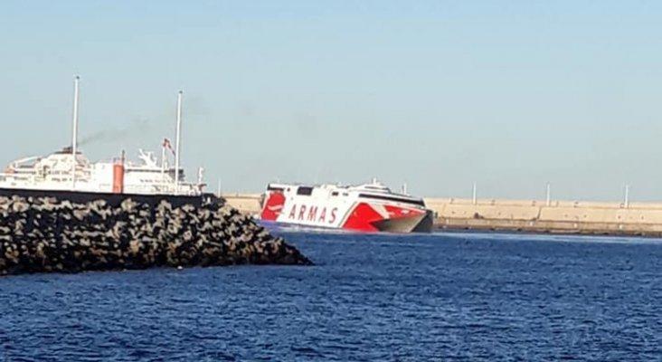 Ferry de Naviera Armas llegando al puerto tras colisión  Foto: Con la proa pal marisco,cosas y curiosidades de la gente de la mar