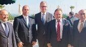 Norbert Fiebig, presidente de DRV (centro), Hüseyin Baraner, propietario de GermanyFans (corbata roja); y Hikmet Atilla, vicepresidente de la Cámara de Comercio de Didim (corbata amarilla)