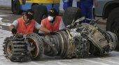 Trabajadores analizan un motor recuperado del Boeing 737 siniestrado | Foto: Achmad Ibrahim- AP vía El País
