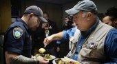 El chef José Andrés, candidato al premio Nobel de la Paz|Foto: José Andrés sirviendo la cena de Acción de Gracias a los afectados de los Incendios en California- RTVE