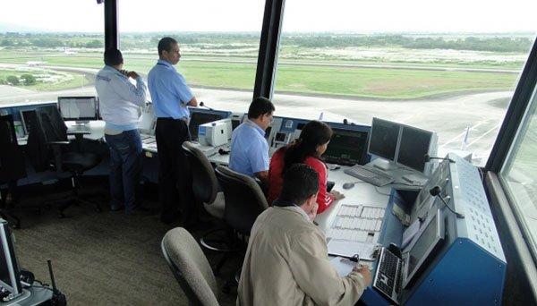 Controladores aéreos trabajando