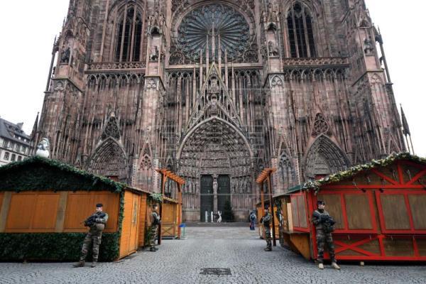 El blindaje de los mercados navideños ante los ataques terroristas|Foto: Soldados de la Operación Centinela montan guardia cerca del lugar donde se produjo un ataque en Estrasburgo (Francia) este 12 de diciembre. EFE