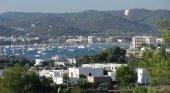 Ibiza rechaza las zonas turísticas maduras|Foto: La bahía de Sant Antoni, Ibiza- CC BY-SA 3.0 JanManu