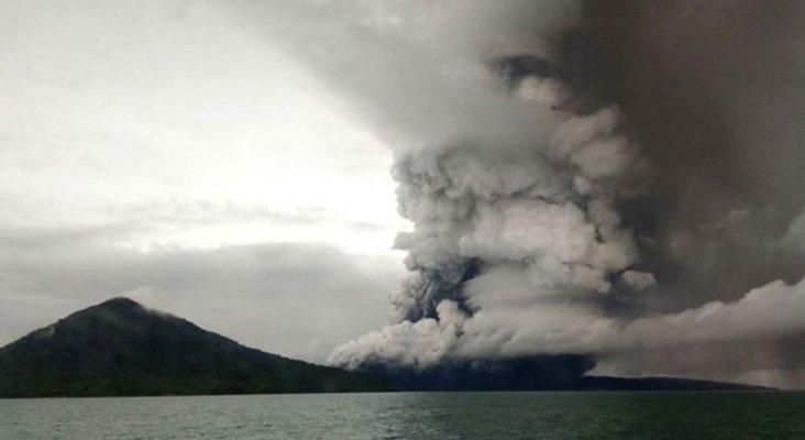 El volcán Anak Krakatau altera el tráfico aéreo de Indonesia Foto: BBC