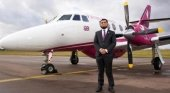 2019, el año de las aerolíneas religiosas|Foto: Kazi Rahman posanto junto al avión de Firnas Airways, la aerolínea halal- Clarín
