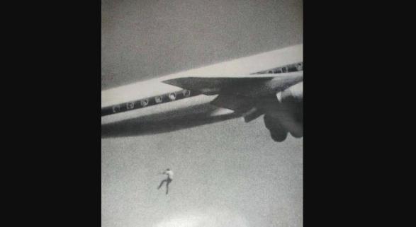 La extraña fotografía de un joven precipitándose de un avión Foto: John Gilpin