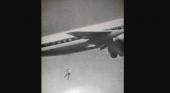La extraña fotografía de un joven precipitándose de un avión|Foto: John Gilpin