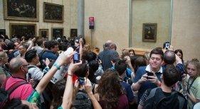 Multitud agolpada ante la Mona Lisa en el Louvre |Foto: Victor Grigas CC BY-SA 4.0