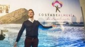 David Bisbal posando con el cartel de 'Costa de Almería' | Foto: Ideal