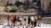 Andalucía se queda sin consejería exclusiva para Turismo|Foto: Grupo de turistas en la Alcazaba de Málaga- Expansión