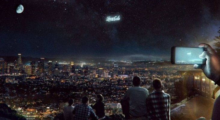 El futuro del marketing turístico: anuncios luminosos en el cielo nocturno|Foto: Futurism