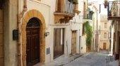 Pueblo italiano vende casas con vistas al mar por un euro