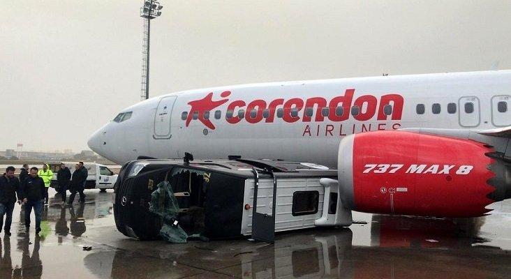 Un tornado mueve aviones y vuelca coches en el aeropuerto de Antalya | Foto: Reuters vía ntv