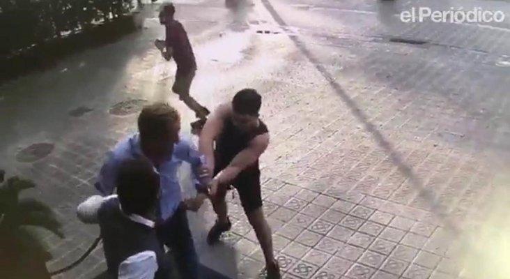 Asestan 3 puñaladas a un turista para robarle el reloj en Barcelona  | Foto: Muestra de cómo actúan los ladrones de relojes, dando un tirón a un turista en Barcelona - El Periódico