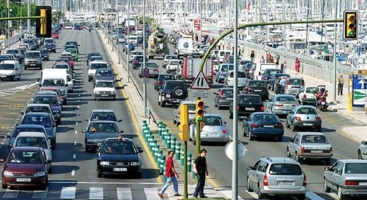 Baleares prohíbe a los turistas circular coches diésel y de gasolina | Foto: Coches en Palma (Mallorca)- El Mundo
