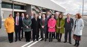 El aeropuerto de Ciudad Real se alía con Skydweller para fabricar aviones   Foto: Emiliano García-Page (en el centro de la imagen) con representantes de CRIA y Skydweller - elvigia.com