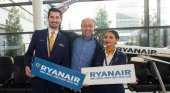 Ryanair concede 48 horas para modificar reservas sin cargos adicionales | Foto: Kenny Jacobs, Chief Marketing Officer de Ryanair, junto con dos tripulantes de cabina