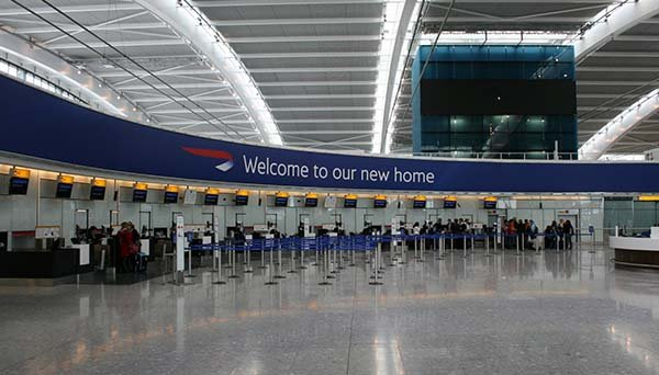 Un niño enfermo terminal permanece horas tirado en el suelo en el aeropuerto de Heathrow