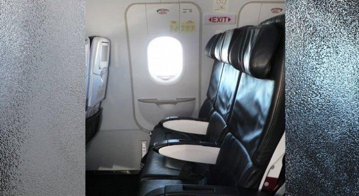 ¿Es normal que haya un asiento en mitad de la puerta de emergencia?