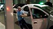 Graban a taxista que la emprende a patadas e insultos con un cliente