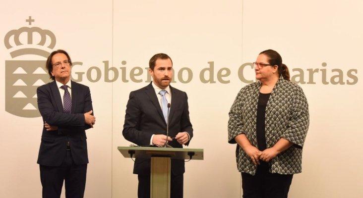 Cristobal de la Rosa, Isaac Castellano y Candelaria Umpiérrez, tras el acto de entrega del nuevo decreto del alquiler vacacional