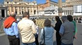 Castilla y León sancionará a los falsos guías turísticos con hasta 90.000 euros |Foto: Turistas en la Plaza de San Pedro- ProtoplasmaKid CC BY-SA 4.0