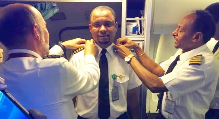 Hace 24 años limpiaba aviones, ahora los pilota | Foto: Azman Air vía Twitter