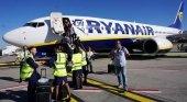 Denuncian a Ryanair por obligar a las auxiliares a llevar falda