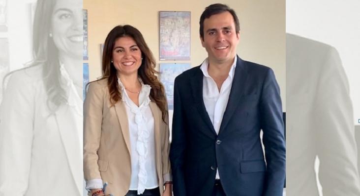 Viviendas turísticas de Andalucía se reúne con la delegada de Turismo en Málaga | Foto: Nuria Rodríguez, delegada de Turismo de la Junta de Andalucía en Málaga, y Carlos Pérez-Lanzac, presidente de AVVA