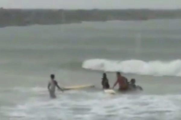Muere surfista profesional tras caerle un rayo mientras entrenaba