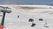 Invade la pista de esquí con su coche ante los asombrados esquiadores