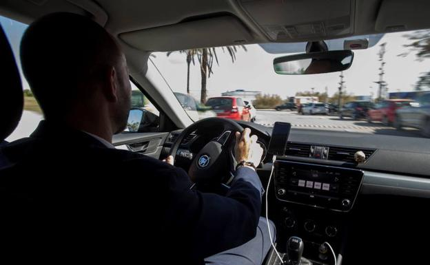 El decreto de Andalucía descontenta tanto a taxistas como VTCs|Foto: Sur