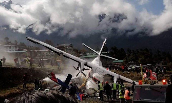Graban el momento exacto en el que avión arrolla a un helicóptero dejando tres muertos