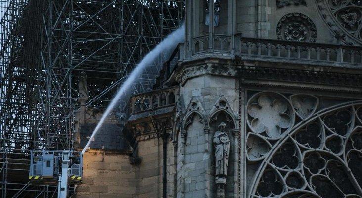 400 bomberos evitan la peor de las catástrofes en Notre Dame