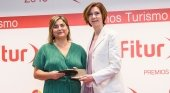 María Méndez recibe el premio para el stand de Islas Canarias de la mano de Isabel Oliver